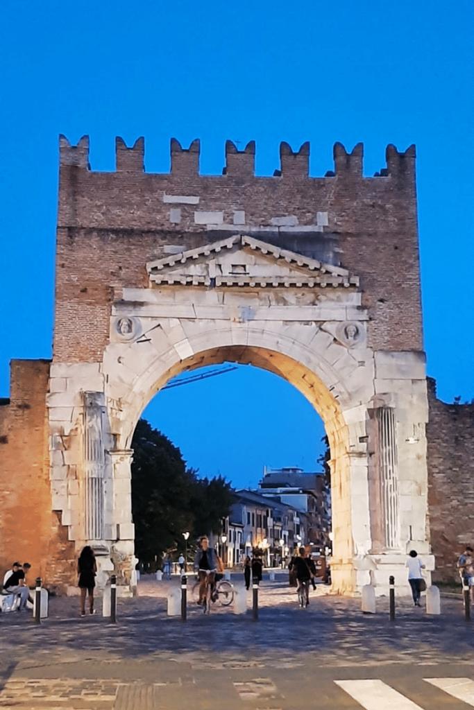 Rimini è una tra le prime città italiane più ricercate su Google nell' estate 2021 in foto l' arco di Augusto