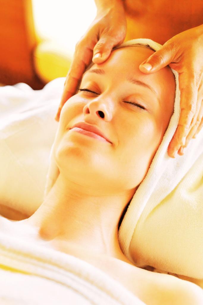Una donna che riceve un massaggio alla pelle del viso, magari nelle terme in Romagna e avendo approfittato del bonus terme 2021