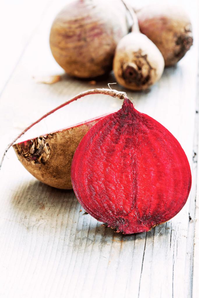 un rapa rossa tagliata a metà con il tipico colore rubino che evidenzia le proprietà rapa rossa